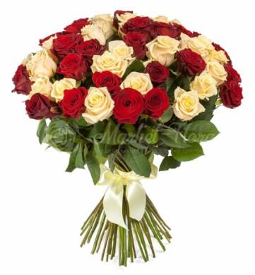 Микс из 51 красной и кремовой розы